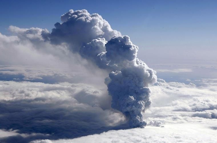 As geleiras da montanha Eyjafjallajokull sofrem as consequências das erupções do vulcão desde o dia 14 de abril.