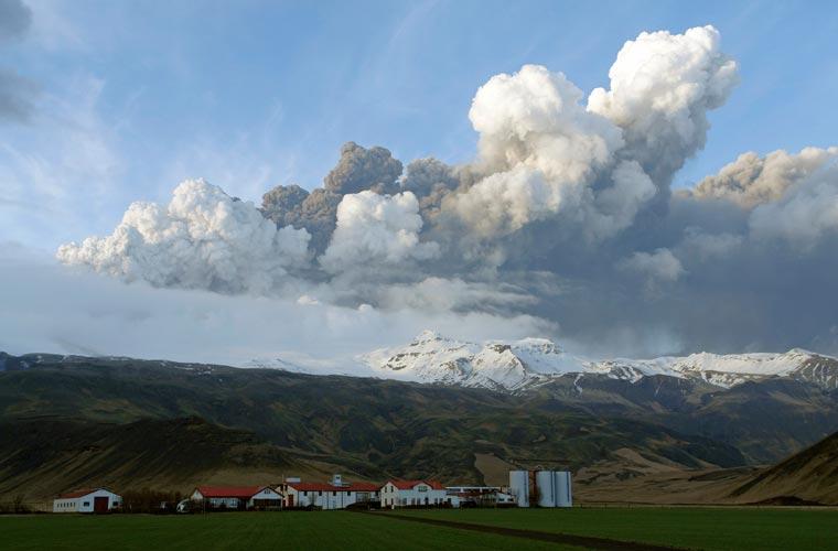 A fumaça provocada pela erupção do vulcão se mistura com as nuvens da região.