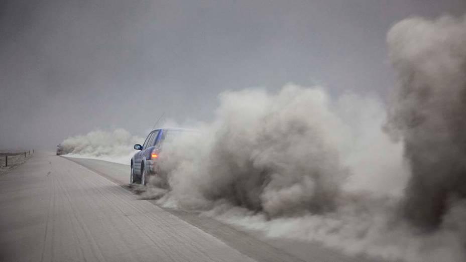 Motorista dirige em meio à fumaça expelida pelo vulcão islandês Eyjafjallajokul