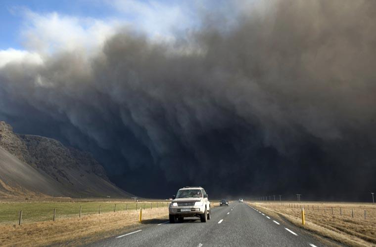Alguns motoristas arriscaram dirigir no meio da fumaça provocada pelo vulcão.
