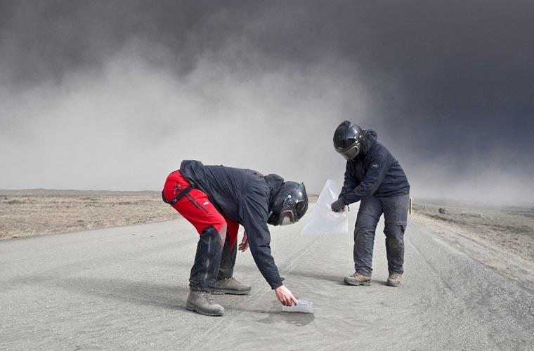 Cientistas colhem parte das cinzas do vulcão para análise em laboratório.