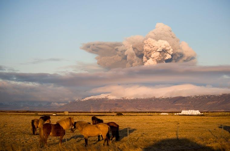 As constantes erupções do vulcão geram uma nuvem de cinzas e fumaça com cerca de 6.000 metros de altura.
