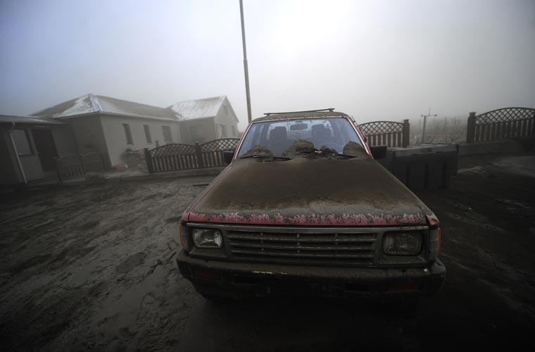 Cinzas do vulcão cobrem um carro que foi deixado em uma fazenda na Islândia. Região precisou ser evacuada.