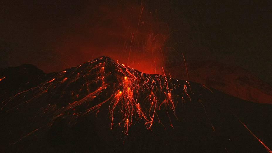 O vulcão Popocatepetl, que fica no povoado de Xalitzintla, no México, expeliu fragmentos incandescentes a uma altura de até 800 metros acima do topo e formou uma nuvem densa de gases e cinzas nesta segunda-feira