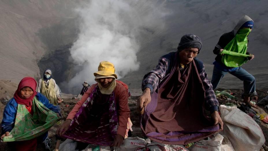 Indonésios no vulcão Monte Bromo durante cerimônia Yadya Kasadha, na Indonésia