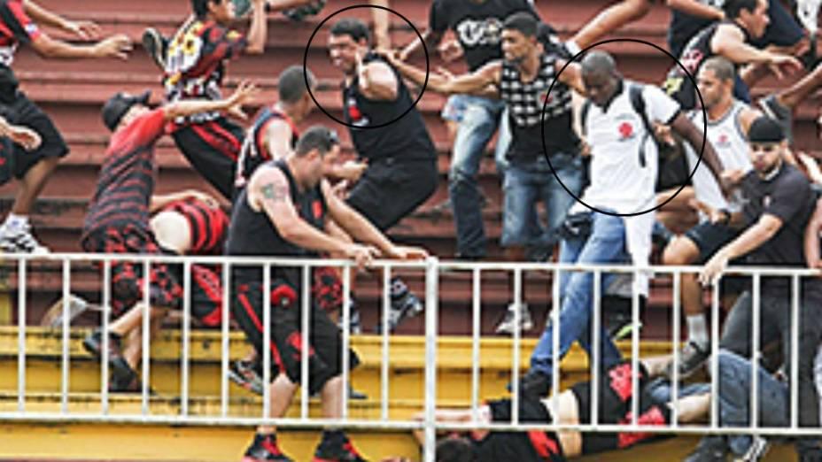 Jonathan Fernandes, de camisa branca, pisa em um torcedor do Atlético-PR; à esquerda, o homem identificado como Pierre, líder da torcida Ira Jovem