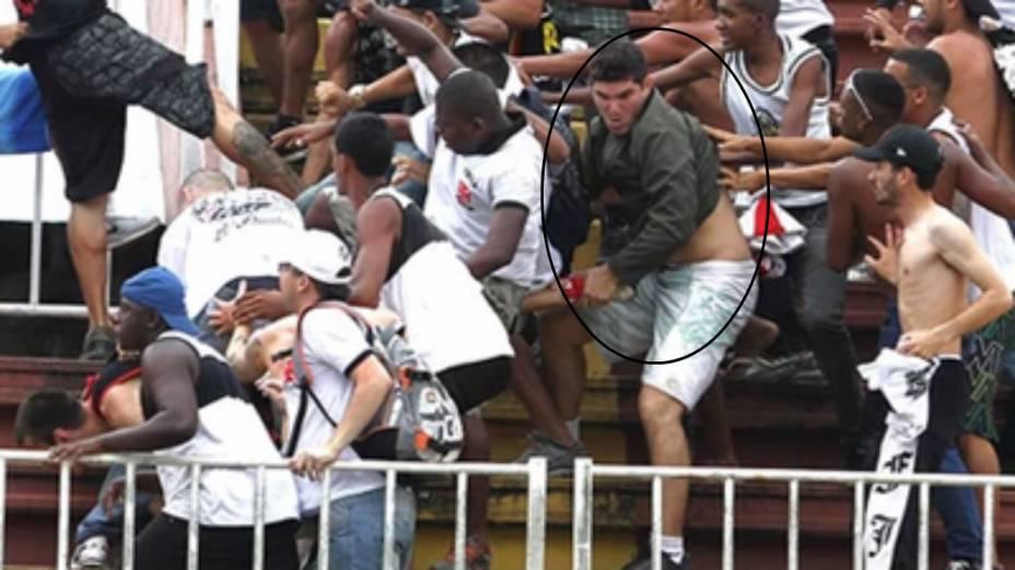 Philipe Sampaio na briga com torcedores do Atlético-PR, em Joinville