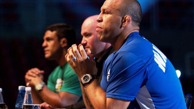 <br><br>  Wanderlei Silva (azul), Dana White (centro) e Vitor Belfort observam as lutas primeiras lutas do TUF