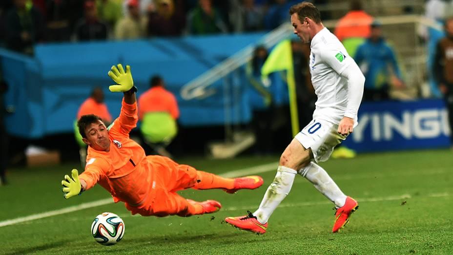 O inglês Wayne Rooney chuta a bola e marca seu primeiro gol em Copas do Mundo