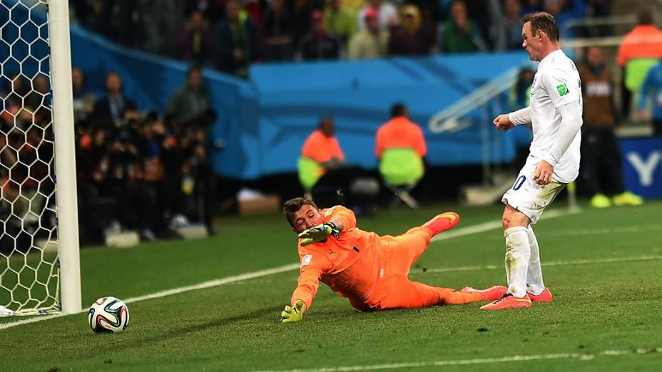 O inglês Wayne Rooney marca o gol de empate da Inglaterra contra o Uruguai no Itaquerão, em São Paulo