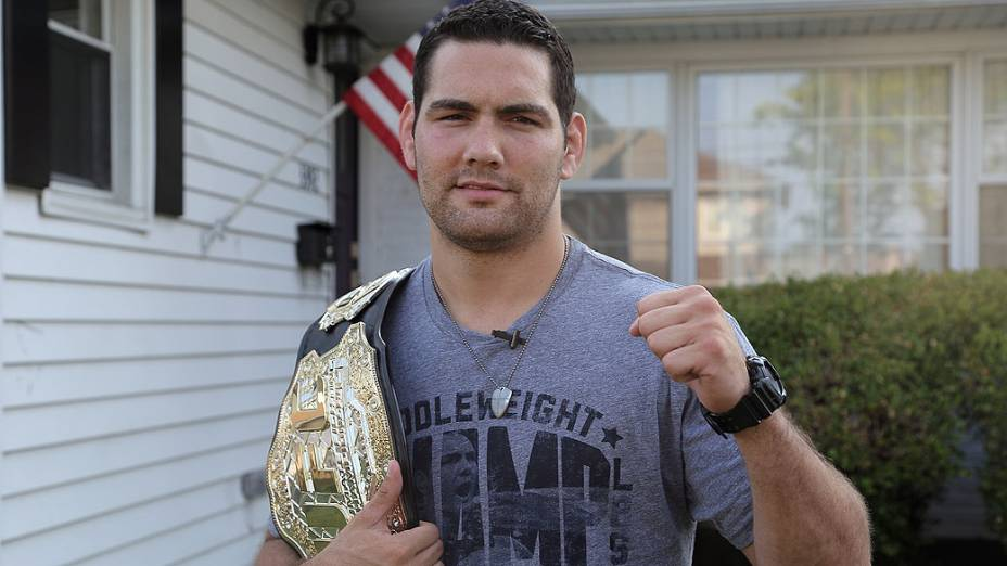 Chris Weidman, na frente de sua casa: cinturão foi prêmio à concentração