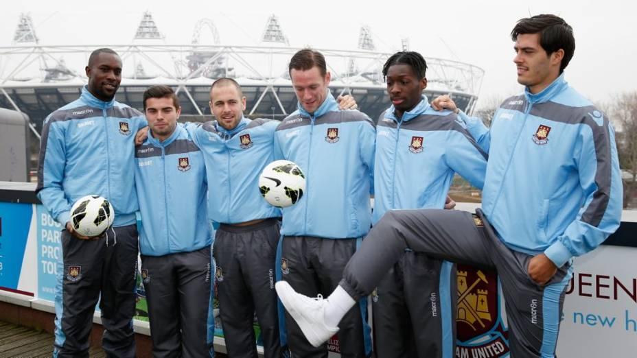 Jogadores do West Ham diante do Estádio Olímpico de Londres, que será a nova casa do clube