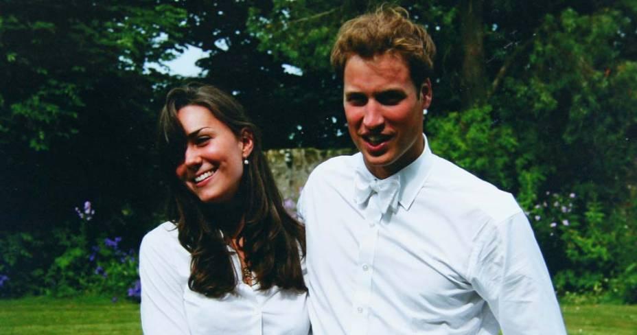 Kate Middleton com o príncipe William durante a cerimônia de graduação na Universidade St. Andrews, Escócia, junho de 2005
