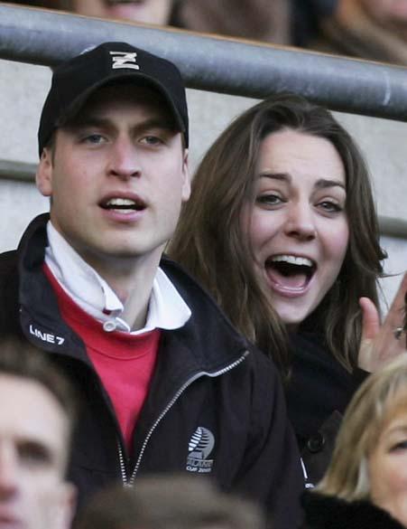 Kate Middleton com o príncipe William durante jogo do campeonato RBS de rúbgi, entre o time da Inglaterra e Itália, em Londres, fevereiro de 2007