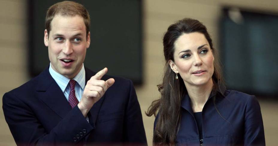 Príncipe William e Kate Middleton visitam os estudantes da comunidade acadêmica de Darwen, abril de 2011
