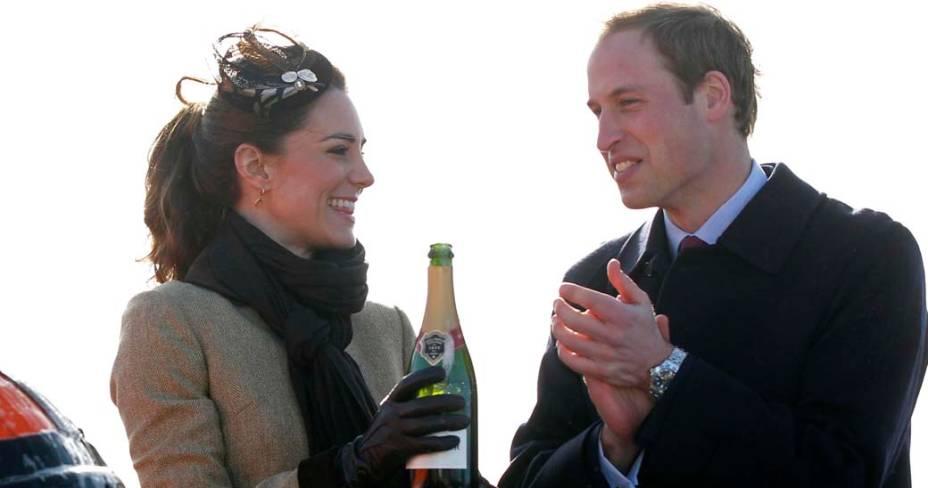 Kate Middleton e príncipe William em fevereiro de 2011 durante o primeiro compromisso oficial no País de Gales, após eles anunciarem o casamento