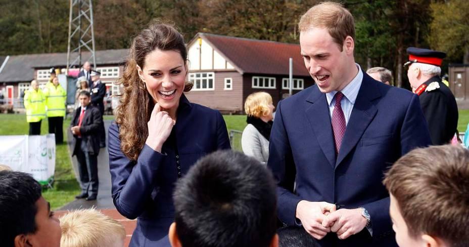 Príncipe William e Kate Middetom visitam clube de futebol local em Darwen, abril de 2011