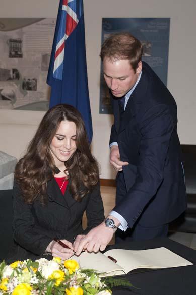 Em Londres, Kate Middletom e príncipe William assinam o livro de condolências pelas vítimas do terremoto em Christchurc na Nova Zelândia, fevereiro de 2011