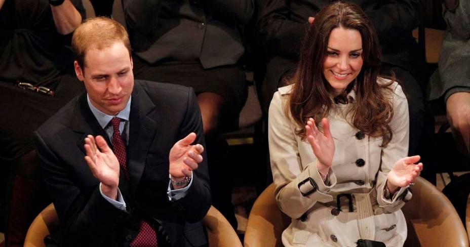Kate Middleton e príncipe William assistem peça de teatro no Centro da Juventude, Irlanda do Norte, março de 2011
