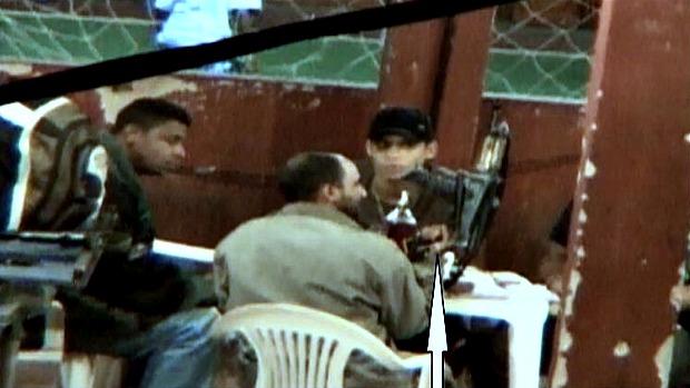William, à esquerda, o traficante Nem, de boné, e Perninha, segurando um fuzil: líder comunitário é acusado de vender arma para o bandido