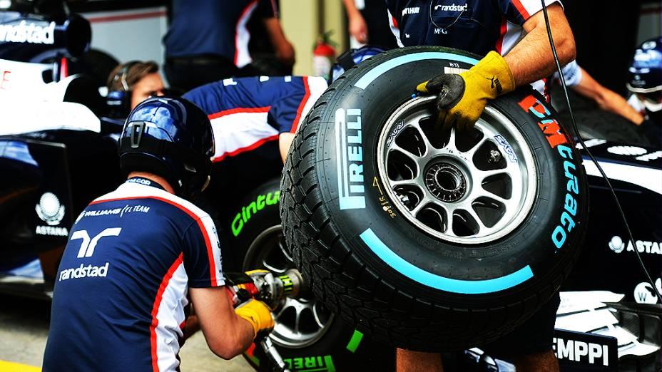 Movimentação no box da Williams no circuito de Interlagos, em São Paulo