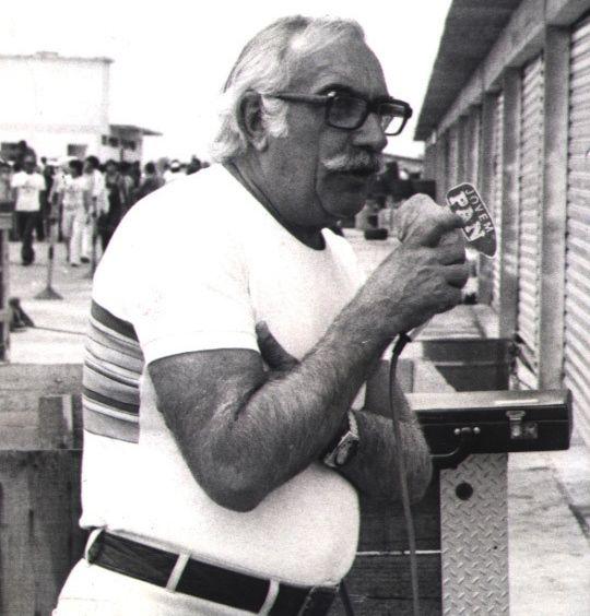 O radialista Wilson Fittipaldi em transmissão da rádio Jovem Pan