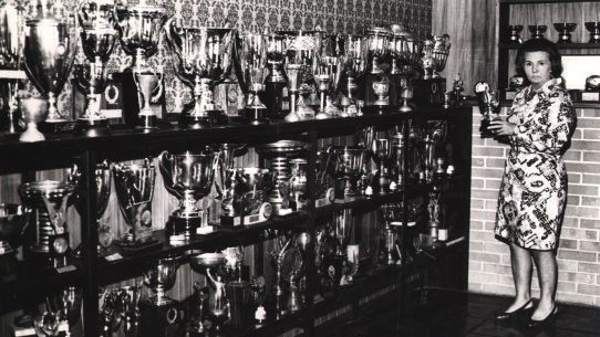 A mulher de Wilson Fittipaldi, Juze, na sala de troféus do filho Emerson