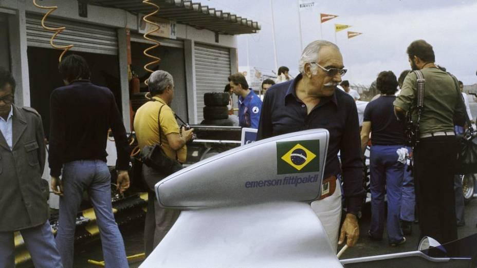 Wilson Fittipaldi observa o carro de Emerson em 1976