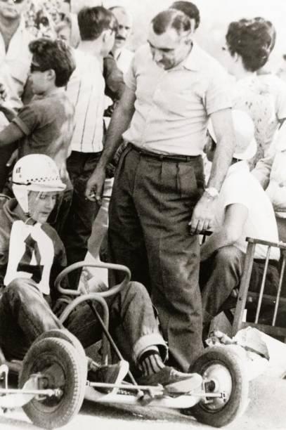 Emerson Fittipaldi no kart, observado pelo pai, Wilson