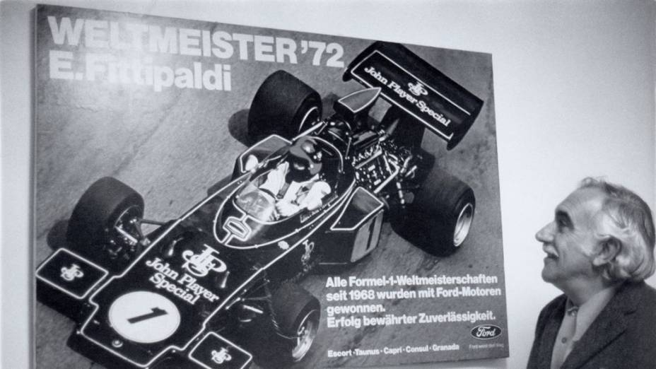 Wilson Fittipaldi ao lado do pôster de campeão mundial de Emerson em 1972