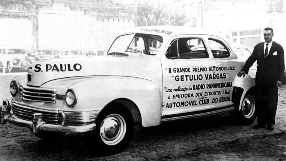 Wilson Fittipaldi, locutor da Rádio Panamericana, promovendo o 2º Grande Prêmio Automobilístico Getúlio Vargas