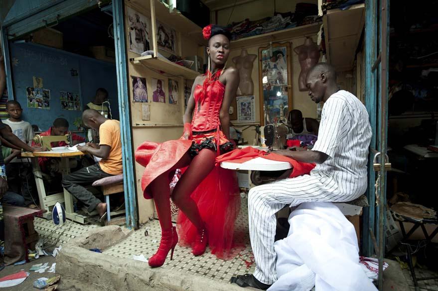 """Vincent Boisot, fotógrafo francês a serviço da revista do """"Le Figaro"""", ficou em 2º na categoria """"Arts and Entertainment Singles"""" com a figura de modelo posando em Dakar (Senegal)"""
