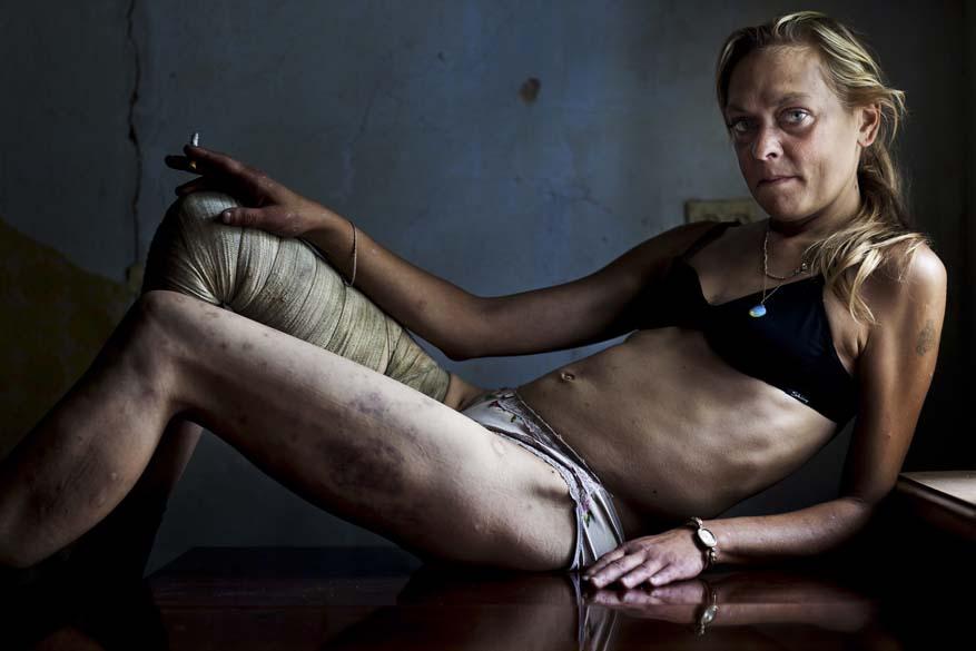 """Maria, uma viciada que trabalha como prostituta em Kryvyi Rig, Ucrânia, é protagonista da foto vencedora na categoria """"Contemporary Issues Singles"""". A imagem foi tirada por Brent Stirton da África do Sul"""