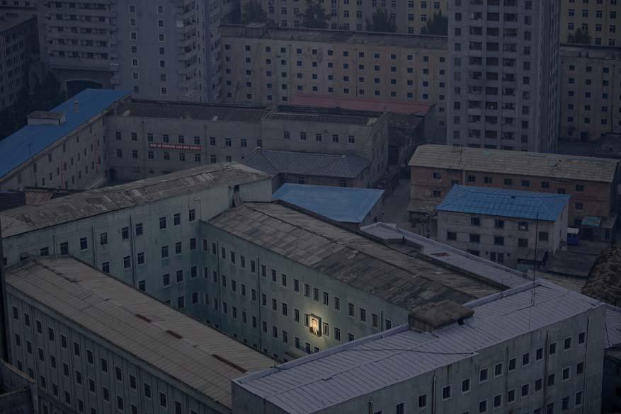 """Fotógrafo Damir Sagolj, da Bósnia e Herzegovina, ganhou o 1º lugar na categoria """"Daily Life Singles"""" do """"World Press Photo Award"""" com foto da capital norte-coreana Pyongyang, em outubro, onde se destaca a imagem do ex-ditador Kim Il-sung"""