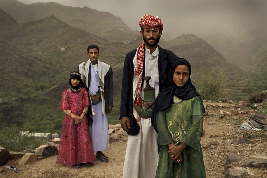 """Meninas da foto se casaram, aos 6 anos com homens de 25 no Iêmen; a foto de Stephanie Sinclair, dos EUA, ganhou o 1º lugar na categoria """"Contemporary Issues Stories"""""""