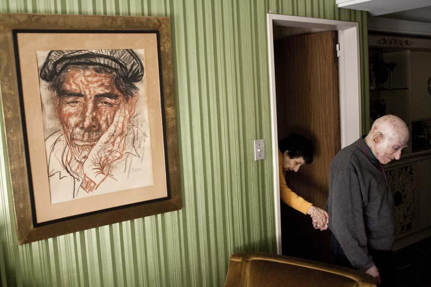 """1º lugar da categoria """"Daily Life Stories"""" foi para foto de Alejandro Kirchuk, da Argentina, tirada em fevereiro; imagem mostra mulher diagnosticada com Alzheimer em sua casa, em Buenos Aires"""