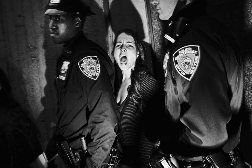 """Segundo lugar na categoria """"People in the News Singles"""", de Tomasz Lazar (Polônia), mostra prisão de manifestantes em Harlem (NY), durante protestos contra desigualdadea"""