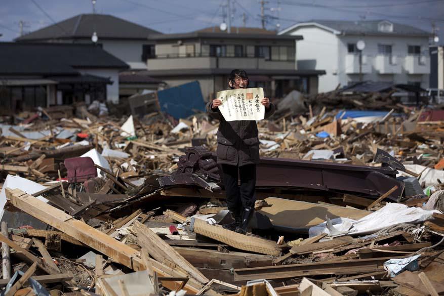 """Fotógrafo Yasuyoshi Chiba levou o 1º lugar da categoria """"General News Stories"""" do """"World Press Photo Award"""", com foto da sobrevivente do tsunami japonês Chieko Matsukawa, em abril"""