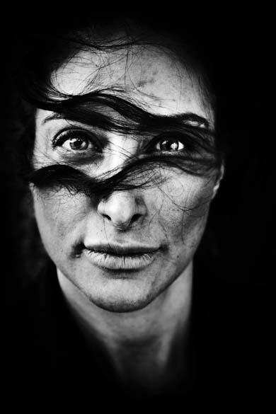 """Atriz dinamarquesa Mellica Mehraban, nascida no Irã, protagoniza a foto vencedora em primeiro lugar da categoria """"Portraits Singles"""", da premiação """"World Press Photo Award"""". A imagem foi tirada por Laerke Posselt, da Dinamarca, em maio"""