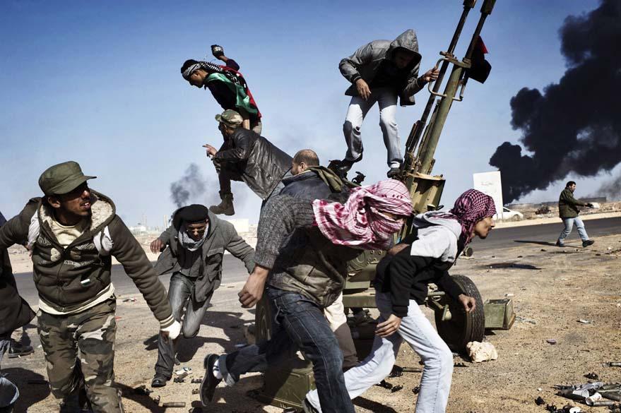 """O fotógrafo Yuri Kozyrev, da Rússia, ganhou o 1º lugar na categoria """"Spot News Singles"""", da premiação """"World Press Photo Award"""", com um flagrante da revolta árabe em Ras Lanuf (Líbia), em março"""