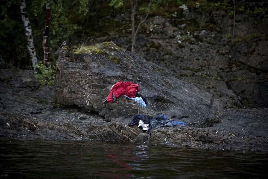 """Tragédia de Utoya (Noruega), em julho, quando um atirador matou 69 pessoas, é o assunto da foto vencedora em 2º lugar na categoria """"Spot News Stories"""", da premiação """"World Press Photo Award"""". A imagem foi tirada pelo sueco Niclas Hammerstrom"""