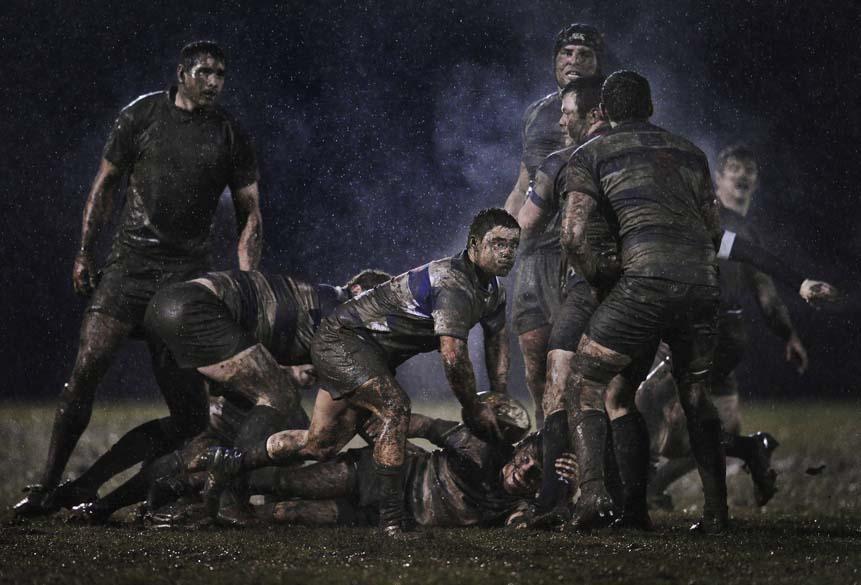 """2º lugar na categoria """"Esportes"""" da premiação """"World Press Photo Award"""" foi para imagem do irlandês Ray McManus; foto é flagrante da partida de rúgbi entre os rivais Old Belvedere e Blackrock em Dublin, realizada em fevereiro"""