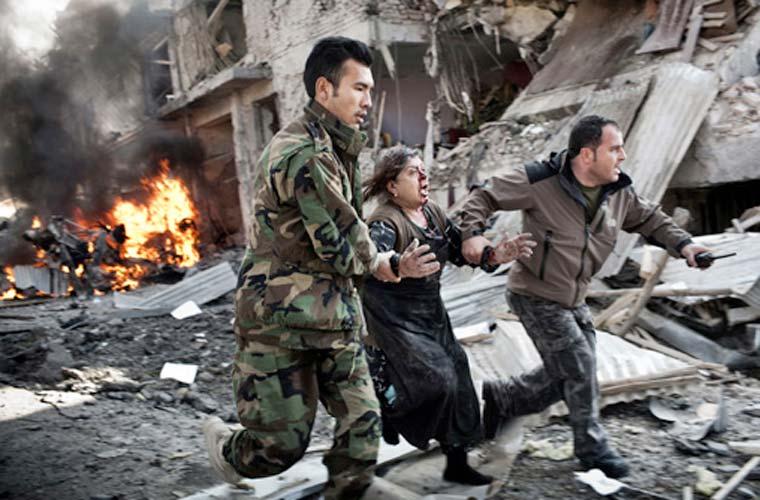 Na categoria Notícias em Destaque - Foto Única, Adam Ferguson, da Austrália, foi o vencedor. A imagem mostra uma afegã fugindo de uma explosão causada por um atentado suicida.