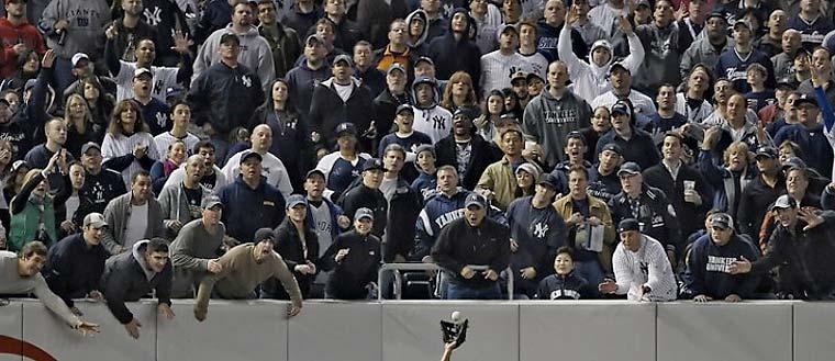 O americano Robert Gauthier, do Los Angeles Times, venceu na categoria Especiais de Esporte - Foto Única ao retratar os torcedores do time de basebol Yankees hostilizando um adversário.