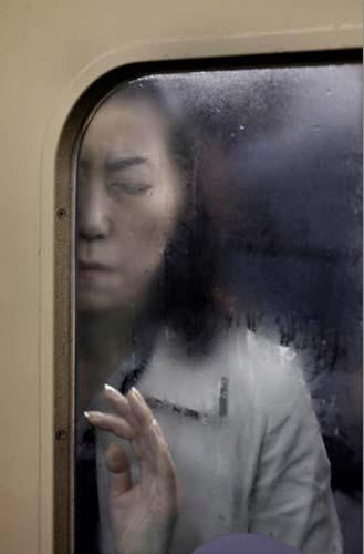 Em Cotidiano - Foto Única, o vencedor foi Michael Wolf, da agência Laif, com esta foto do metrô de Tóquio.