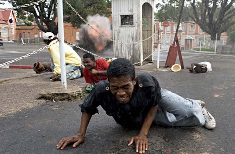 Em Notícias em Destaque - Histórias o vencedor foi o argentino Walter Astrada, da France-Presse. Acima, imagem da série Bloodbath in Madagascar.