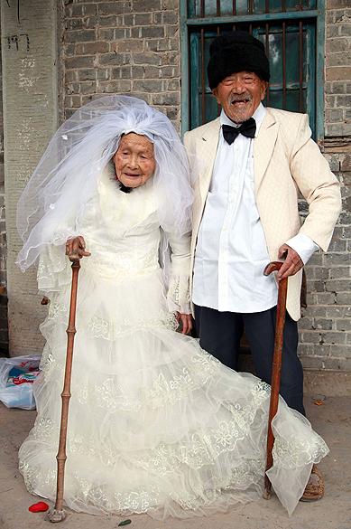 Foto divulgada nesta quarta-feira (07), mostra o chinês Wu Conghan, de 101 anos, e sua mulher, de 103 anos, estão casados há 88 anos, mas nunca tiraram uma foto usando roupas de noivos. O desejo acaba de ser realizado na vila de Nanchong, na China