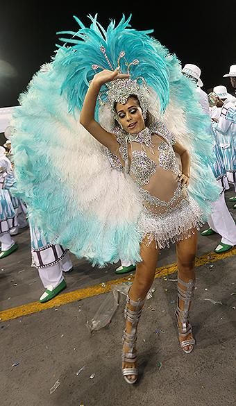 Jenifer Duarte durante o desfile da  X-9 Paulistana no segundo dia de desfile do Grupo Especial de São Paulo