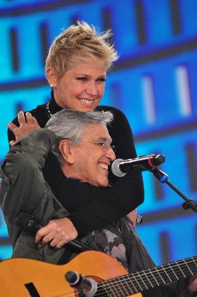 Xuxa e Caetano Veloso na gravação do programa de comemoração dos 25 anos da apresentadora na Rede Globo, 2011