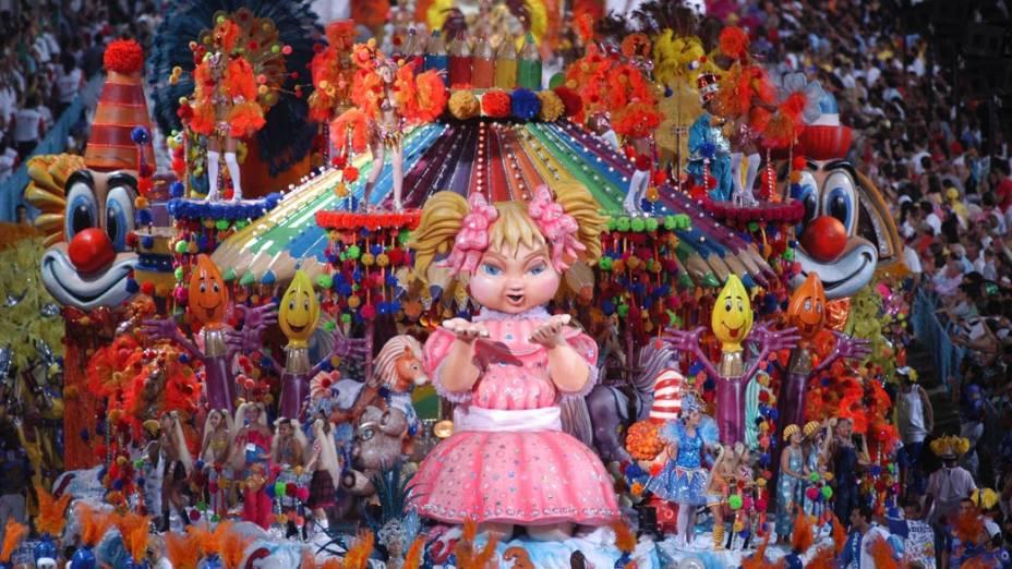 Carro alegórico no desfile da Escola de Samba Caprichosos de Pilares, em homenagem a Xuxa, 2004